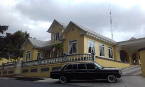 YELLOW-MANSION-Restaurante-Casa-Grande-Heredia-AND-A-LIMOUSINE.-COSTA-RICA-MERCEDES-TOURS.-300x180.jpg